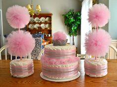 Es lo mejor de ambos mundos - una decoración adorable y un práctico regalo para la mamá! Estas figuras de pompones de tul se hacen con un pastel de pañales base, lo que la decoración o centro de mesa de ducha bebé perfecto!  Conjuntos de 3 o más se pueden encontrar en mi tienda. Haga clic aquí para un juego de 3: https://www.etsy.com/listing/294739901/tulle-pompom-topiary-centerpieces-gender?ref=listing-shop-header-1  La base de la torta de pañales princesa poco está hecha de pañales…