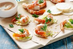 Feed a crowd with bite-sized prawn cocktail canapes - crisp, fresh bites lightened up with cocktail sauce and iceberg lettuce on wafer-thin crispbreads. Prawn Cocktail, Cocktail Sauce, Salsa Cocktail, Christmas Finger Foods, Christmas Appetizers, Christmas Recipes, Christmas Ideas, Canapes Faciles, Prawn Salad
