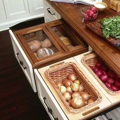 Bom dia com cozinha cheia de ideias incríveis , nos gavetões compartimentos reservados para , pães , batatas , cebolas , tomates . AMEI ❤️❤️❤️