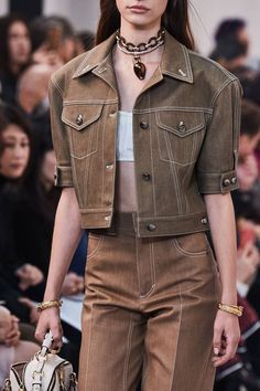 Chloé Spring 2020 Ready-to-Wear Fashion Show The complete Chloé Spring 2020 Ready-to-Wear fashion show now on Vogue Runway. 2020 Fashion Trends, Spring Fashion Trends, Fashion 2020, Daily Fashion, Fashion Show, Fashion Design, Paris Fashion, Style Casual, Casual Chic