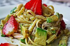 Valentine`s Pasta: Linguini mit Erdbeer-Avocadocreme und Schweinefiletstreifen