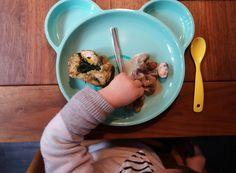 Lecker und gesund und schon für die Kleinen ganz leicht zu essen sind Spinatknödel. Ein Essen, das es bei uns immer wieder gibt. Am liebsten mache ich eine Pilzsoße dazu. Aber auch angeröstet mit Ei oder mit einem Erbsen-Karotten-Gemüse schmecken sie gut. Außerdem sind Knödel eine gute Resteverwertung von altem Brot. Die fertigen Knödel kann man auch gut einfrieren.