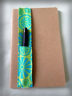 No need to keep looking for that pen at the bottom of your purse! These super-practical pen holders are made with cotton fabric, and held on the cover Diy Sewing Projects, Sewing Projects For Beginners, Sewing Hacks, Sewing Tutorials, Sewing Crafts, Craft Projects, Sewing Tips, Sewing Men, Diy Couture