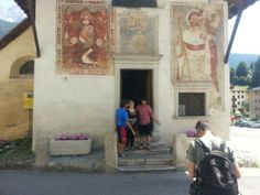 """Da Laggio raggiungiamo il centro di Vigo di Cadore, un piccolo comune che fu sede della """"Centuria d'Oltrepiave"""", uno dei dieci centenari in cui nell'antichità era diviso il Cadore. In questa bella località di villeggiatura, raggiungiamo la nostra amica Margherita con la quale visitiamo un'autentica perla delle Dolomiti: la Chiesa di Sant'Orsola. Costruita nella metà del XIV secolo per volontà di Ainardo da Vigo, podestà del Cadore dal 1313 al 1320 per conto della famiglia trevigiana dei da…"""