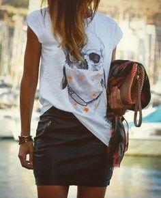 Look inspiração  T-shirt + saia de couro  Misturinha de básico com moderno super cool. 👉🏼 www.oSegredoDoEstilo.com 👈🏼 #lookdodia #tendências #roupas #moda #estilo #estilopessoal #osegredodoestilo #karolstahr #modafeminina