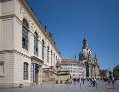 """Aufnahme Anfang Mai 2012, Fassade zum Jüdenhof mit der eben fertig gestellten """"Englischen Treppe"""", Blick in Richtung Frauenkirche mit"""