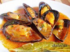 Mejillones a la marinera con vino blanco | Comparterecetas.com Fish Dishes, Seafood Dishes, Fish And Seafood, Seafood Recipes, Mexican Food Recipes, Cooking Recipes, Healthy Recipes, Spanish Dishes, Spanish Cuisine