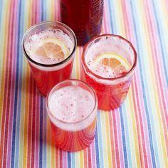 Jamie Oliver Rabarber Limonade:  1,5 kg rabarber met 75 ml water, koken tot de rabarber zacht is. Door een kaasdoek zeven. Voeg per liter sap 750 g suiker en 75 ml citroensap toe. Schenk het mengsel in een pan, zet op middelhoog vuur en roer om de suiker op te lossen. Zet het vuur uit voor het gaat koken. Giet in gesteriliseerde flessen en draai ze dicht. Serveer 1 deel limonade met 3 delen (bubbel)water.