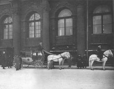 The coach of the imperial family at the entrance of the WinterPalace(1914).