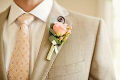 noivo de fato em bege e gravata com padrão laranja #casarcomgosto