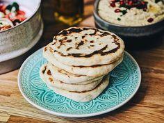 Obwohl man Naan-Brot heute auch schon vorgebacken im Supermarkt findet, ist es einfach so viel besser, dies Zuhause mit ein paar einfachen Zutaten selbst zu machen und dann frisch genießen zu können. Naan ist übrigens eine Brotsorte, die von Südasien bis in den Vorderen Orient traditionell zubereitet und zum Essen gereicht wird.Dieses herrliche Brot habe …