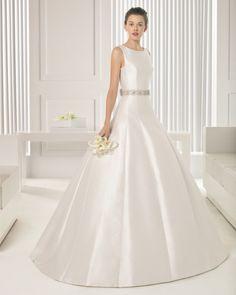 Vestido de otomana, em cor natural. Vestido de mikado, em cor natural. X43 Conjunto cinto broche brilhantes opcional 1 m + 2 broches para os laços, em cor prata.