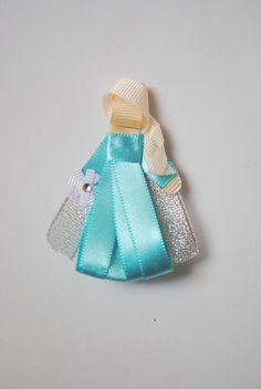 Presilha da Elsa - Frozen Bico de pato importado Aprox. 8cm de altura R$ 20,00 Ribbon Hair Bows, Ribbon Work, Fabric Ribbon, Holiday Hairstyles, Diy Hairstyles, Disney Princess Dresses, Ribbon Sculpture, Diy Hair Accessories, Baby Bows