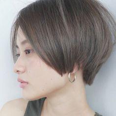 セピアグレーカラーと前髪長めのショートボブが人気。