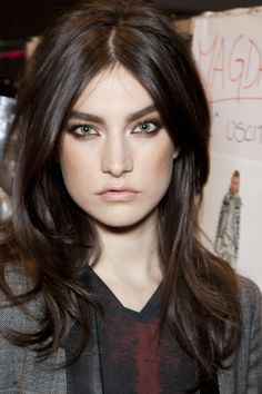 Jacqueline Jablonski - Layered Mid-Length Hairstyle, smokey eye