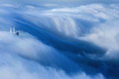 Fotos surreais de Dubai debaixo das nuvens tiradas do 85º andar pelo fotógrafo alemão Sebastian Opitz. Projeto: Cloud City.