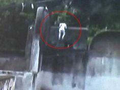 Prison Break Caught on Camera: Murder Convict Escapes in Madhya Pradesh http://www.ndtv.com/video/player/news/prison-break-caught-on-camera-murder-convict-escapes-in-madhya-pradesh/376127