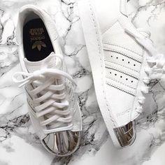 new product dbe6d 9b039 pies de mujer con tenis adidas superstar blanco Zapatos Adidas, Calzado Nike,  Zapatillas Adidas