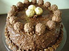 Bolo-de-Ferrero-Rocher- @ Cristina Malburg, this one reminds me of you! Chocolate Nutella, Chocolate Strawberry Cake, Chocolate Recipes, Torta Ferrero Rocher, Just Desserts, Dessert Recipes, Dessert Ideas, Cake Recipes, Naked Cakes