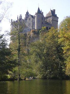 Castle, River Lesse, Belgium | Elaine Said - dans la région de la Grange d'Ychippe (gîte et chambre d'hôtes à proximité de Leignon, Ciney, Chevetogne, Rochefort, Dinant, Ardenne, Wallonie,Belgique) http://www.lagiterie-ychippe.be