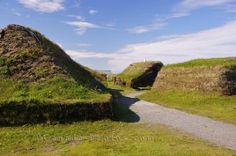 Reconstructed Sod Viking Huts L Anse Aux Meadows Newfoundland - Photo & Travel Idea Canada Viking Hall, Viking Armor, Viking Shield, L'anse Aux Meadows, Viking Village, Off Grid House, Viking Culture, Viking Life, Old Norse