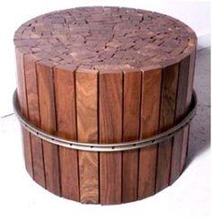 Hardhouten latten en een oud fietswiel omgevormd tot een multifunctioneel tafeltje.