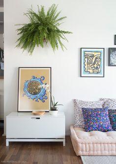 O futon é uma opção para criar um cantinho relax em casa. Mais ideias em www.historiasdecasa.com.br #todacasatemumahistoria