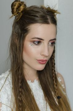 BEAUTY: Summer Boho Look mit Space Buns Make Up Tutorials, Growing Out Hair, Hippie Makeup, Space Buns, Grow Out, Party Hairstyles, Boho Look, Party Looks, Boho Chic