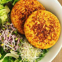 😍HAMBURGUESAS DE CALABAZA y MIJO😍 🔸Necesitas (rinde 4) 🔻1 taza de mijo cocido (no en crudo). Reemplazable por cualquier otro cereal o legumbre. 🔻1 clara. 🔻1 taza de puré de calabaza horneada. 🔻Sal. 🔻Pimienta. 🔻1 cebolla chica picada. 🔻una cucharada sopera de zanahoria rallada. 🔻Ajo deshidratado en polvo o picado fresco. 🔻Perejil picado. 🔻Opcional; curry y comino. 🔸Procedimiento:Picar la cebolla y ajo y cocinarlos en una sartén previamente rociada con spay vegetal, agregando un…