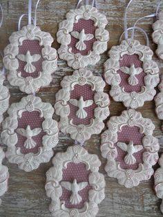 CAMAFEU PARA BATIZADO Maria Clara, Biscuit, Crochet Earrings, Diy Projects, Wood, Crafts, Decorated Boxes, Moldings, Christmas Angels