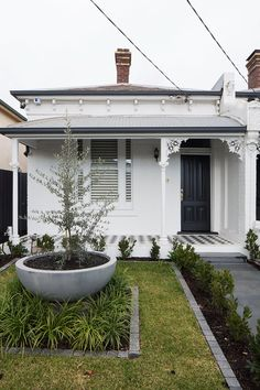 Dan Webster Architecture Hawthorn Terrace House - Front Facade The design o. Informations About Dan Webster Architecture Hawthorn Terrace House - F Edwardian House, Victorian Cottage, Cottage Exterior, House Paint Exterior, Terrace House Exterior, Up House, House Front, Exterior Colors, Exterior Design