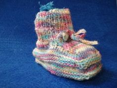 Stricken: Anleitung für Babyschuhe - Knitting: Baby Booties and Socks - Baby Easy Knitting, Knitting For Beginners, Knitting Socks, Knitted Hats, Kids Knitting, Knitting Ideas, How Do You Knit, Purple Braids, Knit Baby Dress