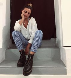 Doc Martens have been in style for almost 60 years, discover what made them so popular. We also discuss how to wear them in style! Dr. Martens, Dr Martens Outfit, Chelsea Boots Outfit, Winter Boots Outfits, New Wardrobe, Fashion Outfits, Womens Fashion, Autumn Winter Fashion, Cute Outfits