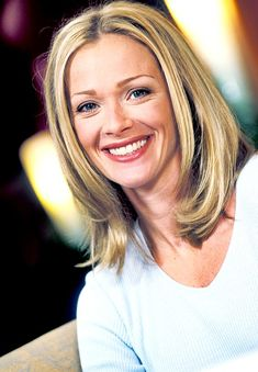 Lauren Holly Medium Wavy Cut Hairstyles : Medium bob hairstyles are classic and classy. They can look very different depending on your cut and the way of Lauren Holly, Danny Quinn, Celebrity Measurements, Medium Bob Hairstyles, Canadian Actresses, Female Stars, Classic Beauty, Hollywood Actresses, Classic Hollywood