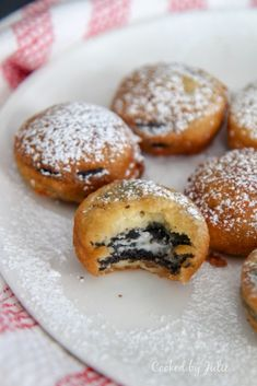 The ultimate summer dessert! Easy deep-fried Oreo recipe using only 6 ingredients. Make these crispy fried Oreos in under 10 minutes. Deep Fried Desserts, Deep Fried Oreos, Deep Fried Foods, Deep Fried Snickers, Deep Fried Recipes, Cheescake Oreo, Cheesecake Desserts, Raspberry Cheesecake, Cheesecake Bites