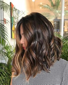 Browse here and see our amazing ideas of brunette balayage hair colors and hairstyles to sport in year Flattering balayage and brunette hair col. Best Of Brunette Balayage Hair Color Ideas for 2019 Hair Color Ideas For Brunettes Balayage, Hair Color Balayage, Hair Highlights, Ombre Hair, Subtle Highlights, Haircolor, Short Balayage, Caramel Highlights, Brunette With Lowlights