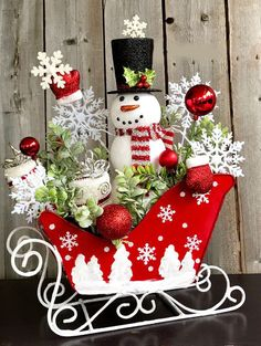 26 Economical and Inexpensive Christmas Centerpieces Ideas If you have already decided about your decoration theme then it's great but Christmas Sled, Diy Christmas Ornaments, Christmas Holidays, Christmas Wreaths, Christmas Sleighs, Christmas Gifts, Christmas Flower Arrangements, Christmas Table Centerpieces, Xmas Decorations
