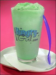 HG's Shamrock 'n' Roll Shake. My boys love Micky D's Shamrock shake however there is two things that are bad one it's seasonal and two it's 420 Calories with sugar per 12 ounces. the HG version is only 176 calories with surgar Ww Recipes, Skinny Recipes, Healthy Recipes, Recipies, Smoothies, Smoothie Drinks, Yummy Drinks, Healthy Drinks, Hungry Girl Recipes