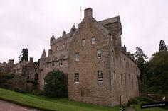 Castillo de Cawdor • Inverness •  Cuenta la leyenda que el conde de Cawdor cargó un asno con un cofre lleno de oro y lo dejó vagar. El asno se paró a descansar debajo de un árbol y allí comenzó a construir su castillo el conde. Es del s. XIV.