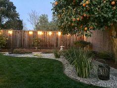 Selbermachen garten 33 Beautiful Farmhouse Backyard Decor Ideas And Design - Kiola Small Backyard Landscaping, Backyard Patio, Backyard Landscape Design, Landscaping Along Fence, Large Backyard, Backyard Projects, Diy Patio, Back Yard Landscape Ideas, Corner Landscaping Ideas