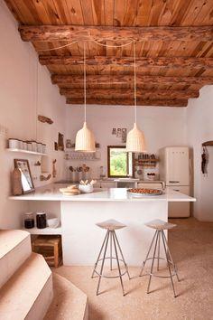 Hoy visitamos la isla de Ibiza para conocer la casa de la reconocida diseñadora de alfombras Nani Marquina y el fotógrafo Albert Font. Ubicada en un entorno rural y con unas increíbles vistas al mar, se encuentra esta casa payesa que ha sido restaurada siguiendo una clara premisa, mantener la autenticidad de una vivienda tradicional …