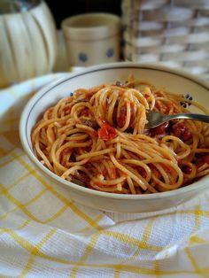 Spaghetti aglio olio, pomodorini e peperoncino ricetta facile