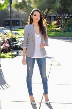 Jeans, zapatillas plateadas (de venta con nosotros), blusa nude, saco gris claro
