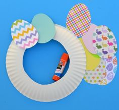 This easy paper Easter wreath is a great craft for kids and adults. The post This easy paper Easter wreath is a great craft for… appeared first on Pinova. Easter Crafts For Adults, Easter Crafts For Kids, Toddler Crafts, Preschool Crafts, Easter Ideas, Easter Decor, Bunny Crafts, Easter Centerpiece, Summer Crafts