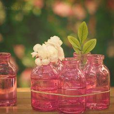Gathering mini pink glass vases. #fleurs #bouquet #vase #verre #floral #flowers #simple #bottle #jar