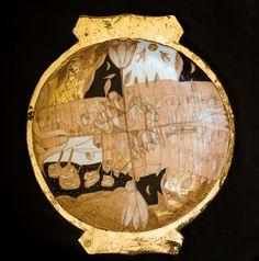 Platou din lemn, forma rotunda, decorat cu schlagmetal auriu, creion si culori acrilice..