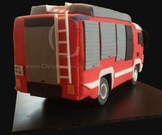 """Die Motivtorte """"Feuerwehrauto"""" ist eine Anlehnung an den HLF20 von Rosenbauer. Die Torte hatte eine Länge von ca. 35cm und es wurden dabei knapp 5 Blechkuchen benötigt."""