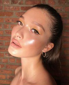 Glowy skin, highlighter overload makeup look #makeup #highlighter #cheeks