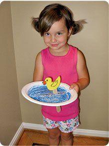 Met een papieren bordje, een (ijs) stokje en een geknutseld eendje kun je het eten laten 'zwemmen'!