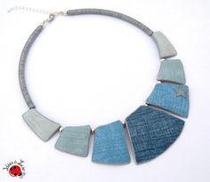 Collier en pâte polymère imitation jean. J'ai ajouté de la peinture argenté sur quelques éléments et quelques perles en métal argenté. Il est réglable, grâce à l'attac - 15954857